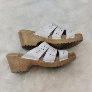 Other - Girls white mountain shoes size 2 AX31